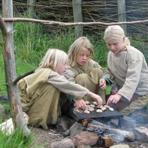 Børn i Hvolris Jernalderlandsby