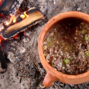 Jernaldermad i krukke ved bålet