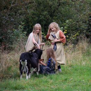 Jernalderpiger med en ged